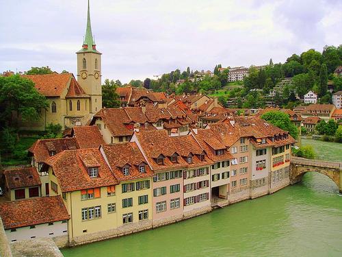 De stad Bern ligt in een bocht van de rivier de Aare, welke dwars door het oude centrum van Bern loopt.
