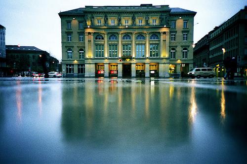 De Bundesplatz ligt midden in het compacte en gezellige centrum van Bern.