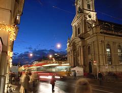 In de avond geeft de ouderwetse verlichting een heel sfeervol en warm straatbeeld van Bern.