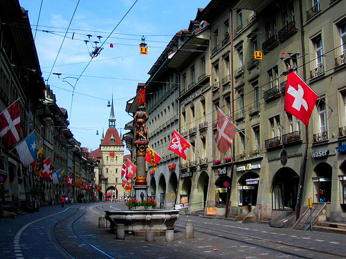 In Bern worden veel vlaggen van Zwitserland getoond, de Zwitsers zijn dan ook er trots op hun land.