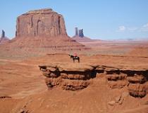 Monument valley, een indiaan te paard