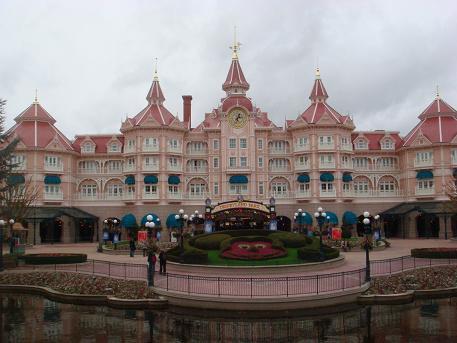 De ingang van Disneyland Park nabij Parijs, Frankrijk