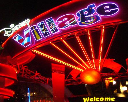 De ingang van Disney Village nabij Parijs, Frankrijk