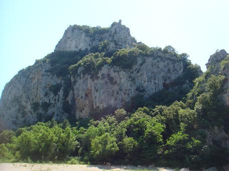 Les Gorges de l'Ardeche is een kloof langs de Ardeche in de oude provincie Vivarais. Het kloofdal heeft enorme rotsformaties van kalksteen uitgesleten door de rivier de Ardeche.