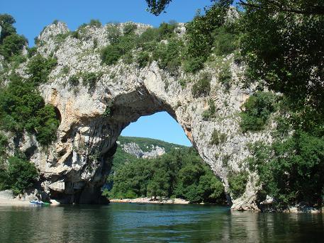 In de omgeving van Ruoms ligt een klein natuurwonden: de Pont d'Arc. Een door natuurkrachten gevormde brug over de rivier Ardeche.