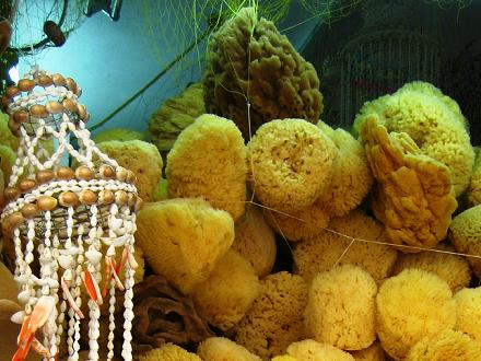 Sponzen te koop op een Turkse markt in Rhodos