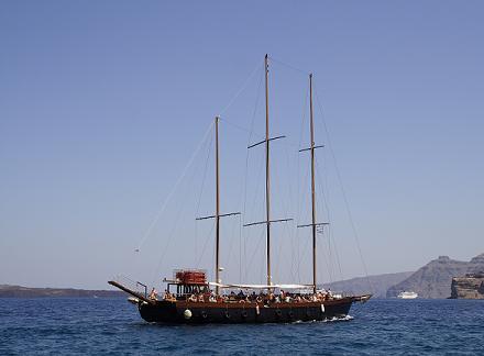 Een traditionele Griekse zeilboot in de Egeische Zee bij Santorini