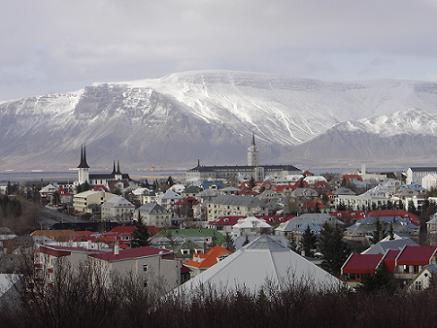De hoofdstad Reykjavik ligt aan de zuidwestkust en is 's werelds meest noordelijke hoofdstad. Reykjavik is een prettige stad met een compact centrum.
