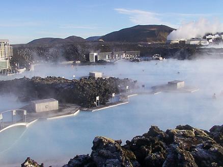 Wilt u te water gaan, dan bieden de thermische bronnen een interessant alternatief voor het strand, die van The Blue Lagoon bij Reykjavik zijn het bekendst.