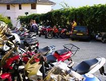 Het is vaak extra gezellig om op een ongedwongen manier met andere motorliefhebbers te reizen.