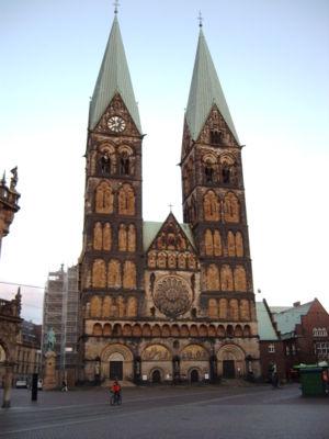 Bremen stedentrips! Bremen, de stad met de vele gezichten. Innovatieve projecten wijzen de weg naar de toekomst. Bremen, het kloppende hart in het noordwesten van Duitsland, heeft vele gezichten. Een grote stad met alle facetten, geschiedenis, hightech, wetenschap en ruimtevaart verenigen zich tot een nieuw, innovatief totaalbeeld.