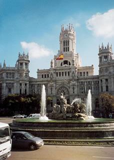 Madrid stedentrips | Madrid is de hoofdstad van Spanje. Zoals u van een grote Spaanse stad mag verwachten, kunt u zich hier in alle opzichten prima vermaken; u kunt er op cultureel gebied veel bekijken maar u kunt ook heerlijk genieten van een hapje en een drankje in één van de duizenden (tapas-)bars of restaurants.