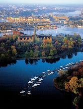 Stockholm stedentrips | Stockholm - het Venetië van het noorden! Niet voor niets wordt Stockholm zo genoemd. Stockholm is namelijk gebouwd op 14 eilanden, die door fraaie bruggen met elkaar verbonden zijn. In de stad vindt U tevens vele mooie parken. Het water is door de gehele stad zo schoon dat de vissen zelfs midden in de stad zwemmen.
