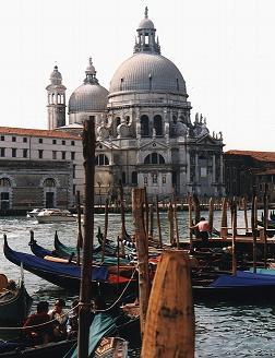 Venetie stedentrips | Wie heeft er nog niet gehoord van Venetië, de stad in het water, de stad zonder wielen? De romantische stad bij uitstek, gebouwd op 120 eilandjes, en verbonden door 150 kanaaltjes, fascineert al eeuwenlang. Verlaat de toeristen op het San Marcoplein en de Rialtobrug en ontdek het labyrint van kleine stadsdelen.