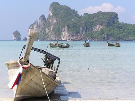 Het bekendste eiland van Thailand is zonder twijfel Phuket. Het is Thailands grootste eiland, erg levendig en drukbezocht.