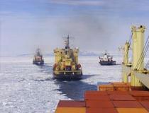 In maritieme termen is een konvooi een grote groep schepen die (dicht)bij elkaar varen. Deze schepen kiezen positie achter de ijsbreker om naar Station McMurdo te komen.