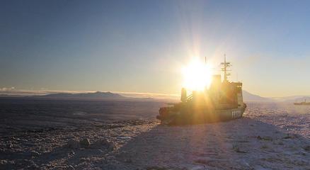 Een ijsbreker helpt bij het verlaten van Station McMurdo Station, Antarctica.