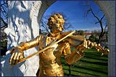 De beroemden Josef Strauss is geboren en gestorven in Wenen, vandaar dat er vele gedenktekens voor deze grootmeester in Wenen te vinden zijn.