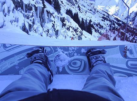 Snowboarden op een piste in Alpe d'Huez, Frankrijk