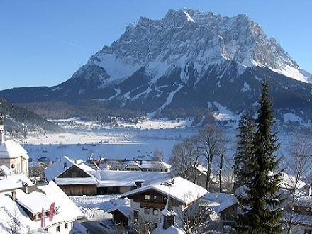 De Zugspitze gezien vanaf Lermoos, Oostenrijk.