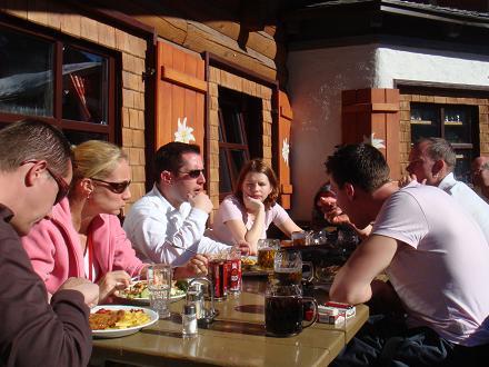 Lekker met z'n allen in het zonnetje eten op het terras. Pauze in Saalbach, Oostenrijk