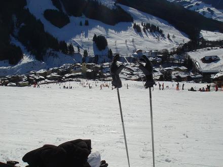 Het uitzicht richting Saalbach vanaf de piste, Oostenrijk